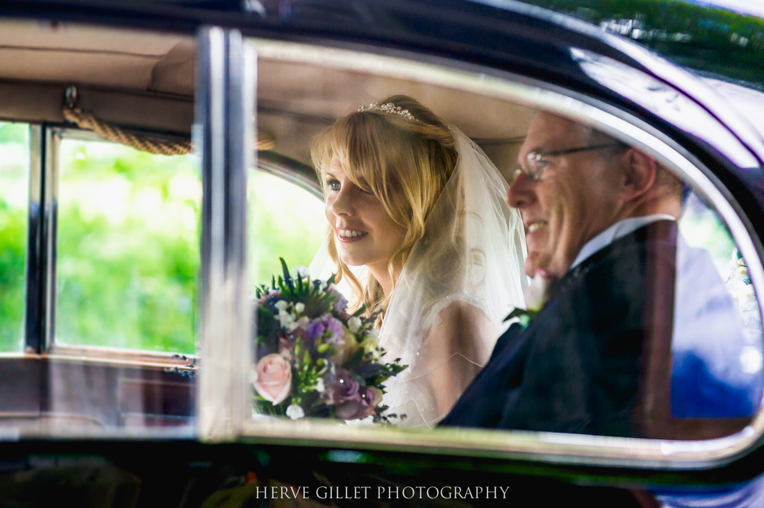 bride and her dad inside the wedding car